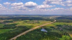 Platteland en autosnelweg van een helikopter Stock Foto's