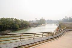 Platteland geschermde weg op helling dichtbij kanaal in de zonnige winter royalty-vrije stock foto
