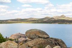 Platteland met meer Royalty-vrije Stock Foto's