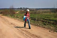 Platteland Rusland, oud dorpsmeisje 11 jaar, teruggekeerd van sch Royalty-vrije Stock Foto's