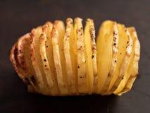 Plattelander geroosterde hasselback aardappelgratin royalty-vrije stock afbeeldingen
