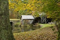 Plattelander gristmill in het seizoen van de Daling royalty-vrije stock afbeelding