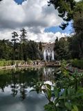 Plattelands Italiaans kasteel met watervallen alvorens te regenen royalty-vrije stock afbeelding