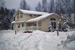 Plattelandshuis met sneeuw in januari zwaar wordt behandeld dat Royalty-vrije Stock Foto's