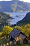 Plattelandshuisje bij bergmeer Stock Fotografie