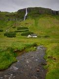 plattelandshuisje bij voet van dagzomende aardlaag op Peninsulaire Snaefellsness Royalty-vrije Stock Fotografie