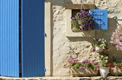 Plattelandshuisje, blauwe deur, blind. De Provence. royalty-vrije stock fotografie