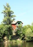 Plattelandshuisje boven rivier Royalty-vrije Stock Afbeelding