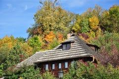 Plattelandshuisje dat met dakspanen wordt behandeld Stock Foto's