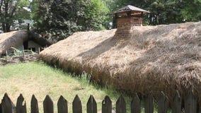 Plattelandshuisje in de grond wordt begraven - hut die stock video