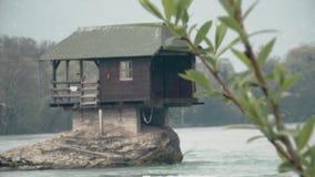 Plattelandshuisje in de Rivier, die op een Steen dicht opstaan stock video