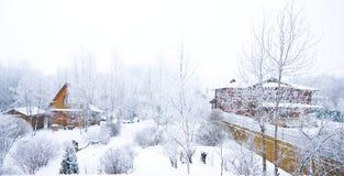 Plattelandshuisje in de winter Royalty-vrije Stock Afbeeldingen