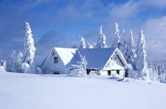 Plattelandshuisje in de winter Stock Afbeeldingen