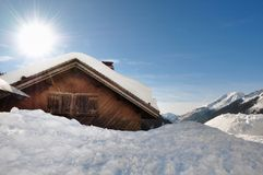 Plattelandshuisje in de winter royalty-vrije stock foto's