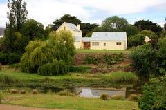 Plattelandshuisje door de rivier Royalty-vrije Stock Afbeelding
