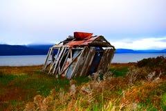 Plattelandshuisje door de wind wordt geranseld die Royalty-vrije Stock Foto