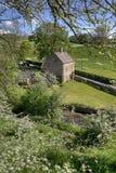 Plattelandshuisje door een rivier Royalty-vrije Stock Foto