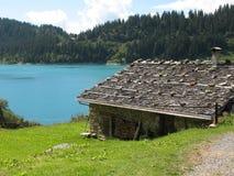 Plattelandshuisje door het meer Stock Afbeelding