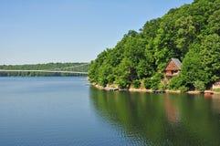 Plattelandshuisje door het meer Royalty-vrije Stock Afbeeldingen