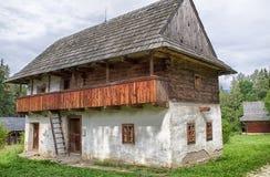 Plattelandshuisje in dorp, Slowakije Stock Afbeelding
