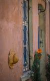 Plattelandshuisje in een smalle straat wordt verborgen die Royalty-vrije Stock Foto