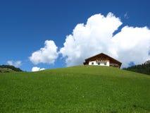 Plattelandshuisje en wolken Stock Foto's