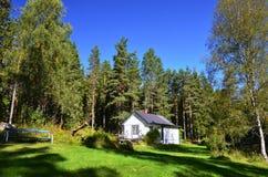 Plattelandshuisje in het bos van Zweden Stock Foto's