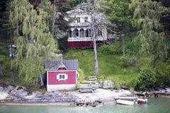Plattelandshuisje met bath-house aan wal de Oostzee Stock Fotografie