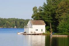 Plattelandshuisje met een botenhuis Royalty-vrije Stock Afbeelding