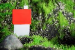 Plattelandshuisje met een rood dak op een achtergrond van stenen en mos Plaats voor tekst royalty-vrije stock fotografie