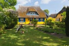 Plattelandshuisje met met stro bedekt dak stock foto's