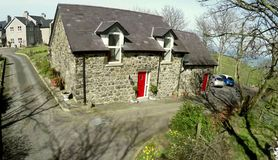 Plattelandshuisje met rode deur Stock Foto