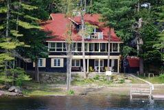 Plattelandshuisje met rood dak Stock Foto