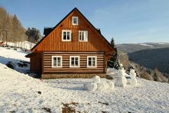 Plattelandshuisje met sneeuwmannen Stock Foto's