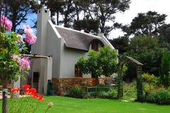 Plattelandshuisje met tuin Royalty-vrije Stock Afbeeldingen