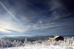 Plattelandshuisje op bergen royalty-vrije stock afbeelding
