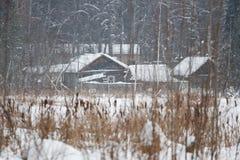 Plattelandshuisje op de bank, sneeuwstorm Stock Fotografie