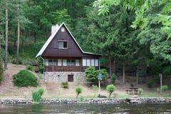 Plattelandshuisje op de bank van de rivier Jihlava, Tsjechische Republiek in stock foto