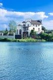 Plattelandshuisje op de oever van het meer Stock Afbeelding