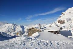 Plattelandshuisje op de sneeuwkam Stock Fotografie