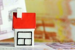 Plattelandshuisje op een achtergrond van stenen en mos Plaats voor tekst stock fotografie