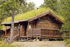 Plattelandshuisje op een bos bij de bergen van Noorwegen. Royalty-vrije Stock Foto's