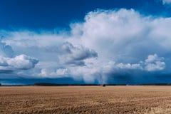 Plattelandshuisje op gebied Het onweer komt Stock Afbeeldingen