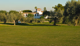 Plattelandshuisje op golfcursus Royalty-vrije Stock Afbeelding
