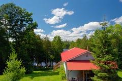 Plattelandshuisje op het meer in de zomer Royalty-vrije Stock Fotografie