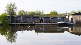 Plattelandshuisje op het water en de boot royalty-vrije stock foto's