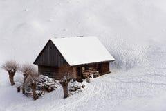 Plattelandshuisje van de winter fairytale stock fotografie