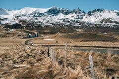 Plattelandshuisje voor een berg in IJsland stock afbeelding