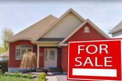 Plattelandshuisje voor verkoop en teken Stock Foto's