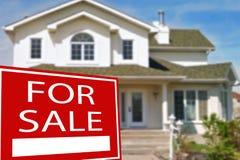 Plattelandshuisje voor verkoop en teken Stock Fotografie